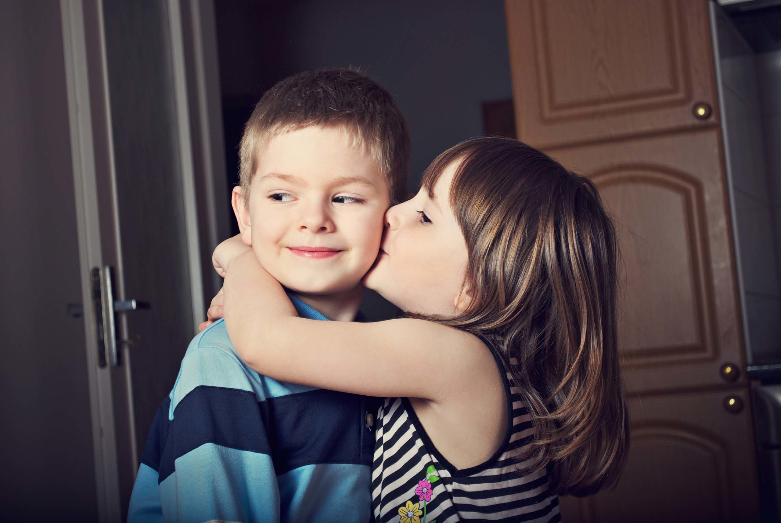 2560x1713 lovely-baby-couple-hugging-and-kissing