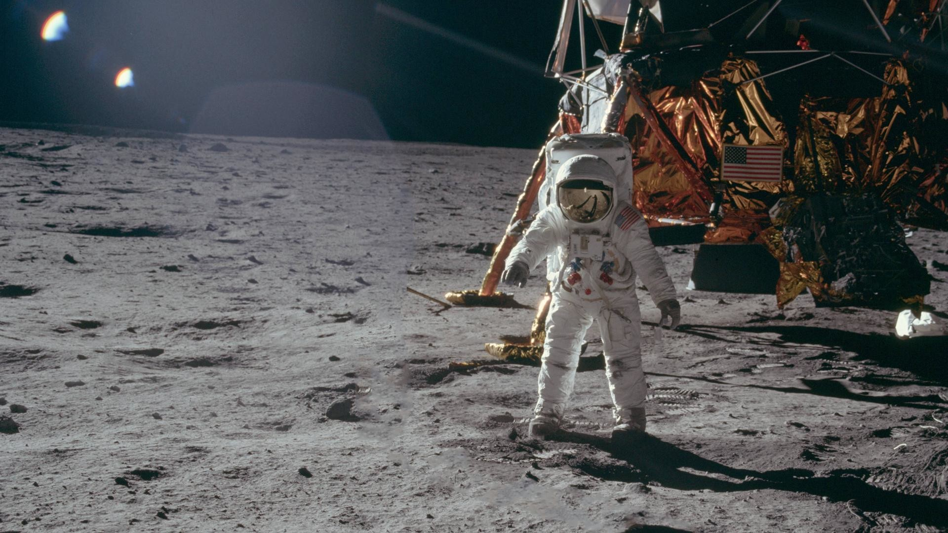 1920x1080 Astronaut Buzz Aldrin walks on the surface of the moon near the lunar  module 'Eagle'. Astronaut Neil Armstrong took this photograph with a lunar  surface ...