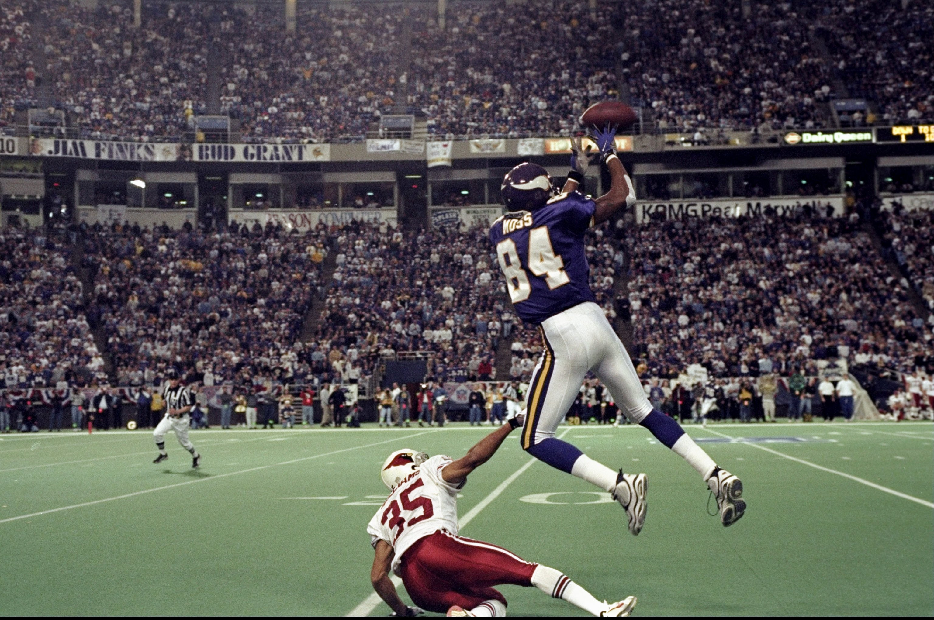 3072x2040 10 Jan 1999: Randy Moss #84 of the Minnesota Vikings goes up for a