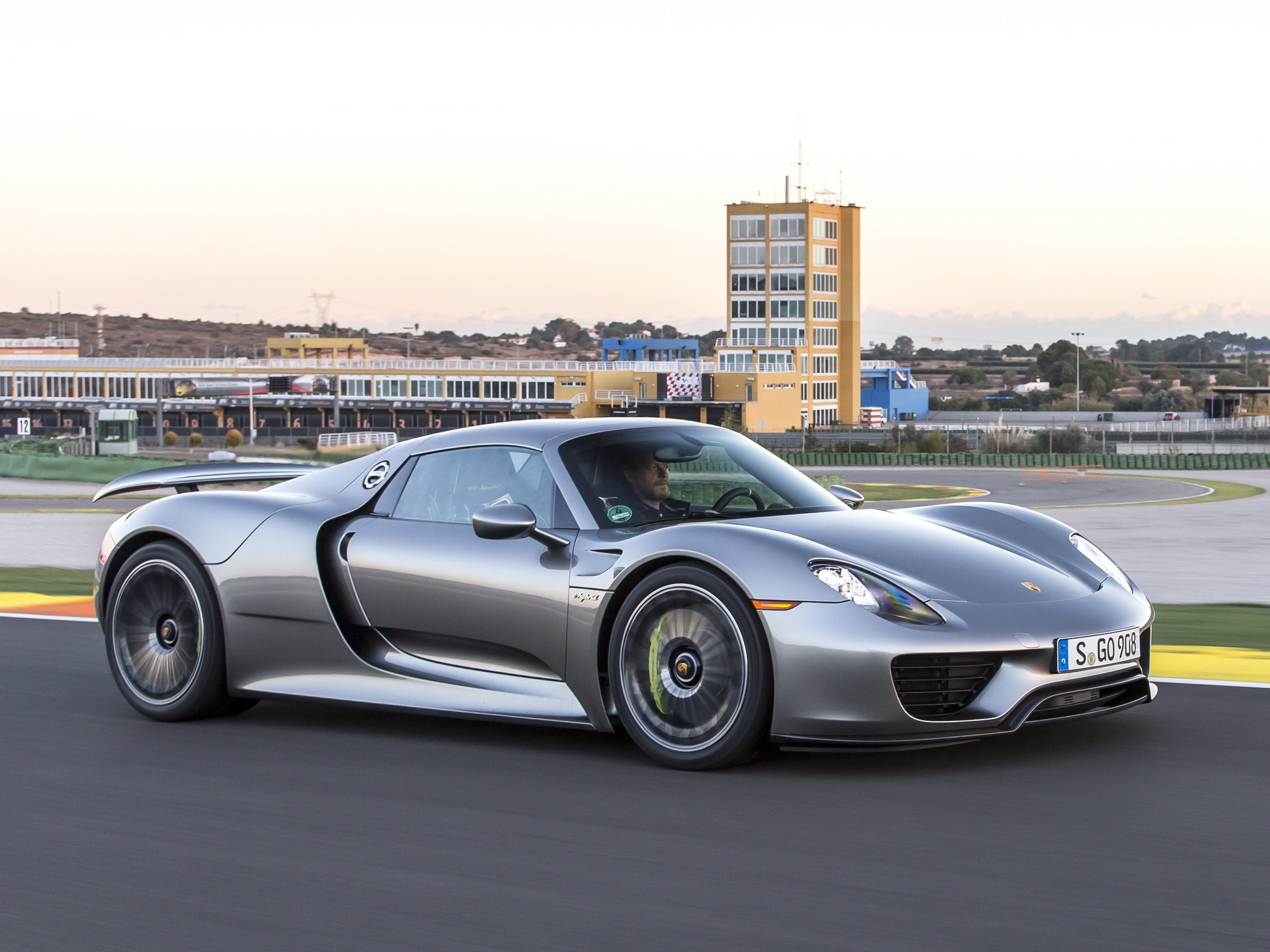2048x1536 2014 Porsche 918 Spyder Supercar R Wallpaper 194043