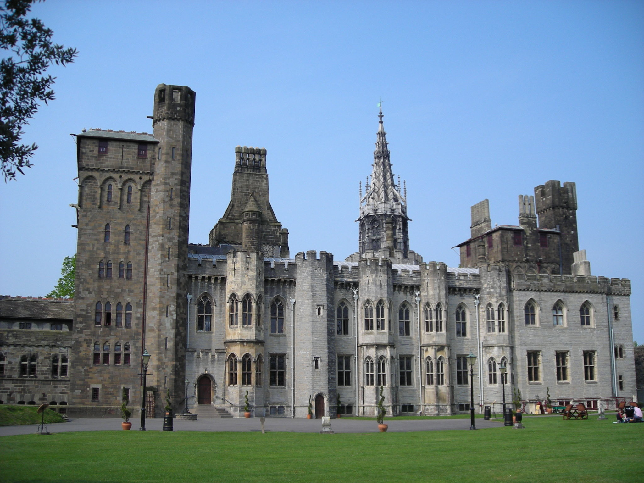 2048x1536 Cardiff Castle Tourism Wallpaper