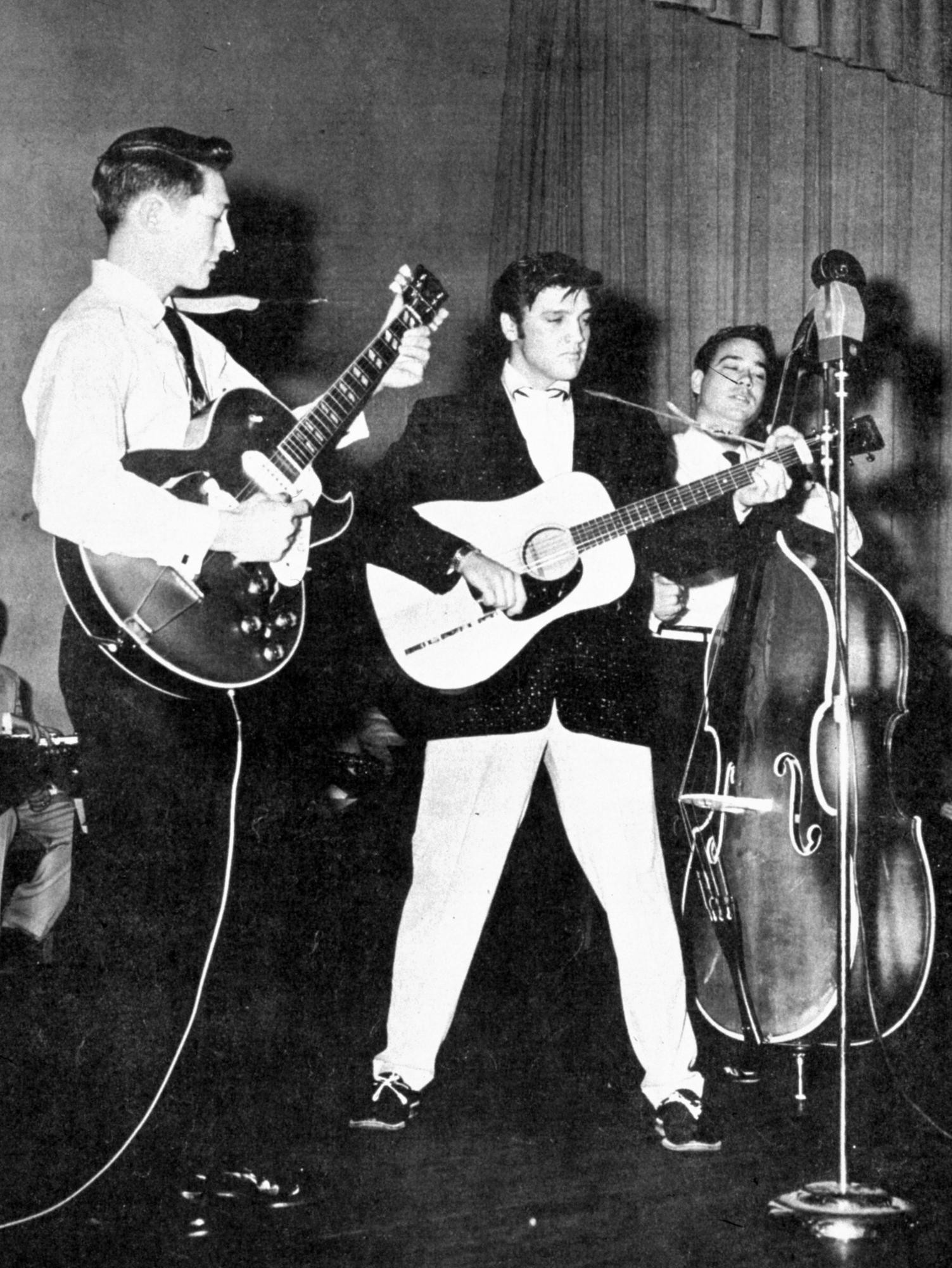 1503x2000 Elvis Presley performs in the summer of 1957, with Scotty Moore on guitar  to his