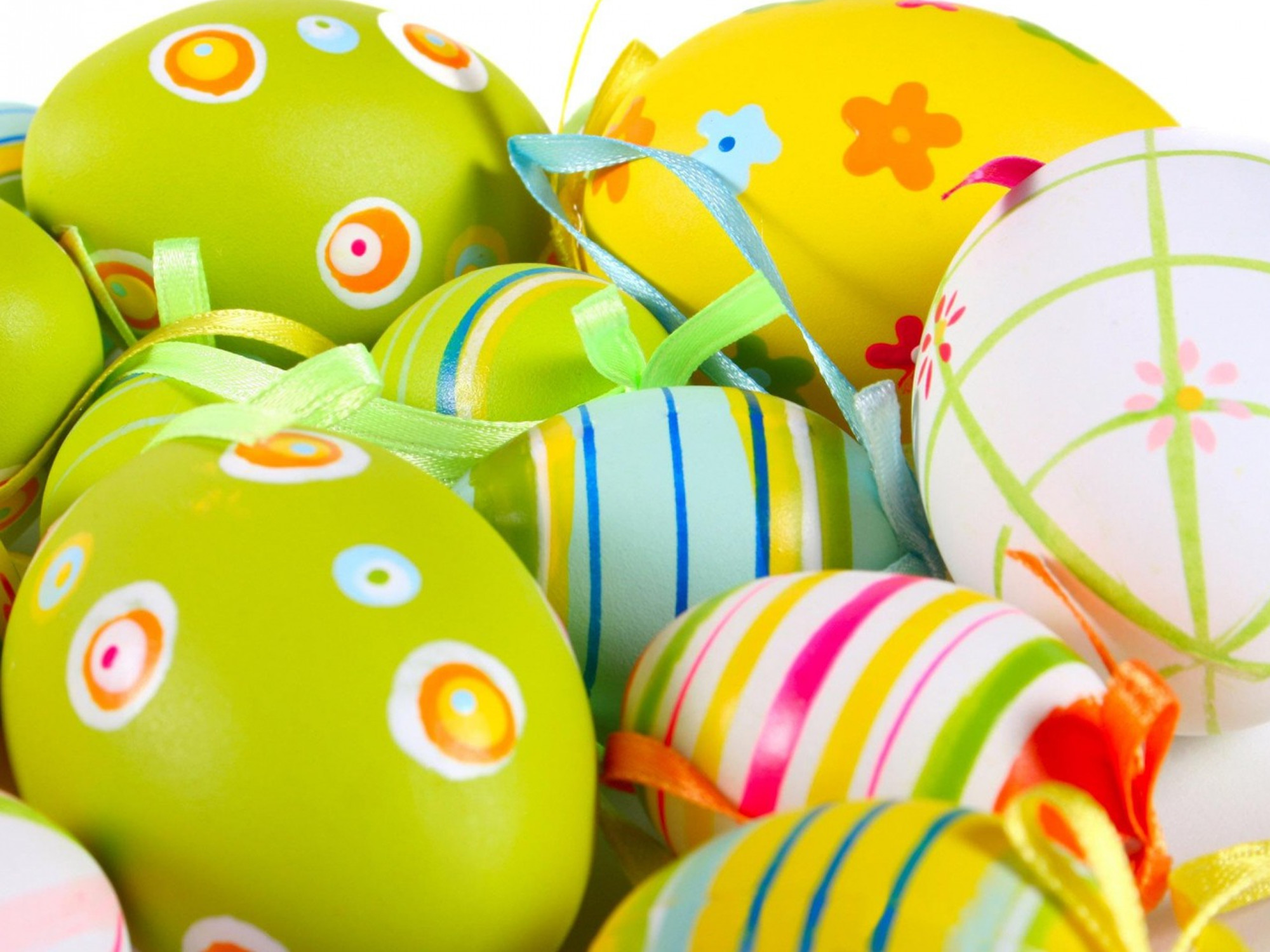 2000x1500 Yellow and multicolored Easter egg wallpaper