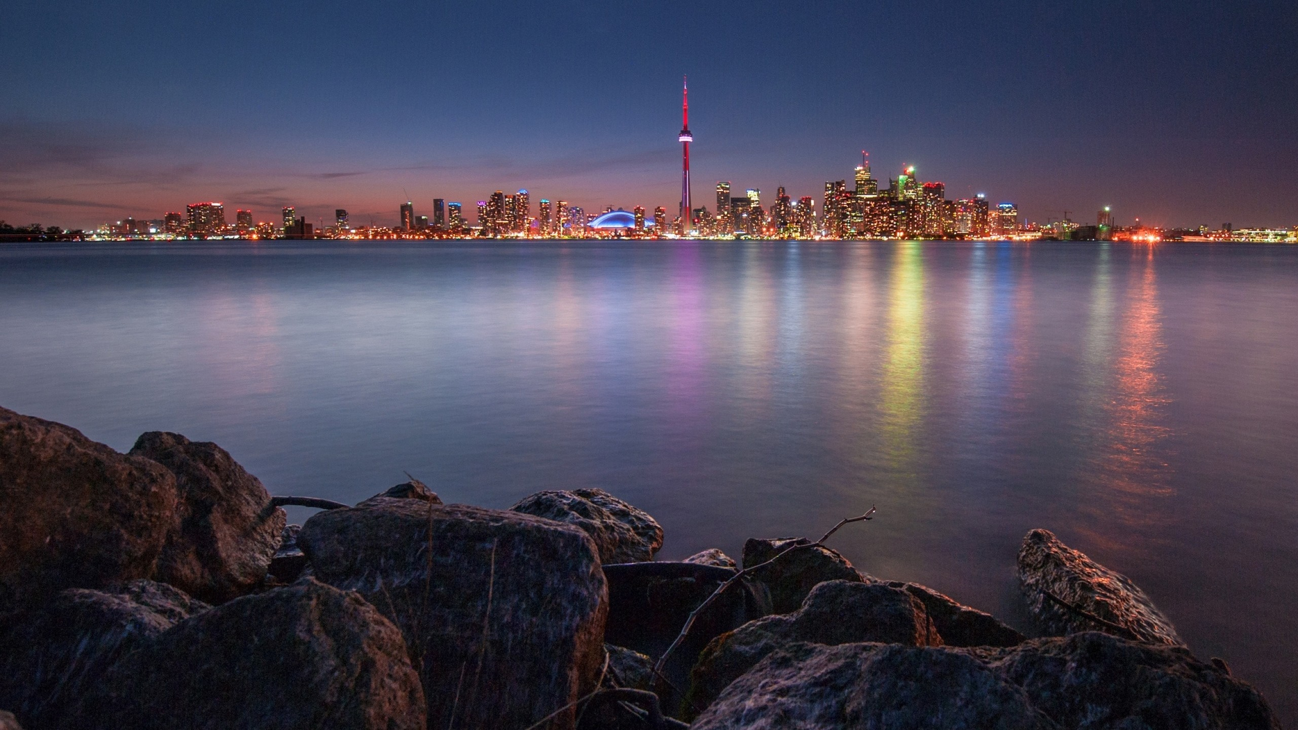 2560x1440  Wallpaper canada, lake, rocks, night, city, toronto, lights,