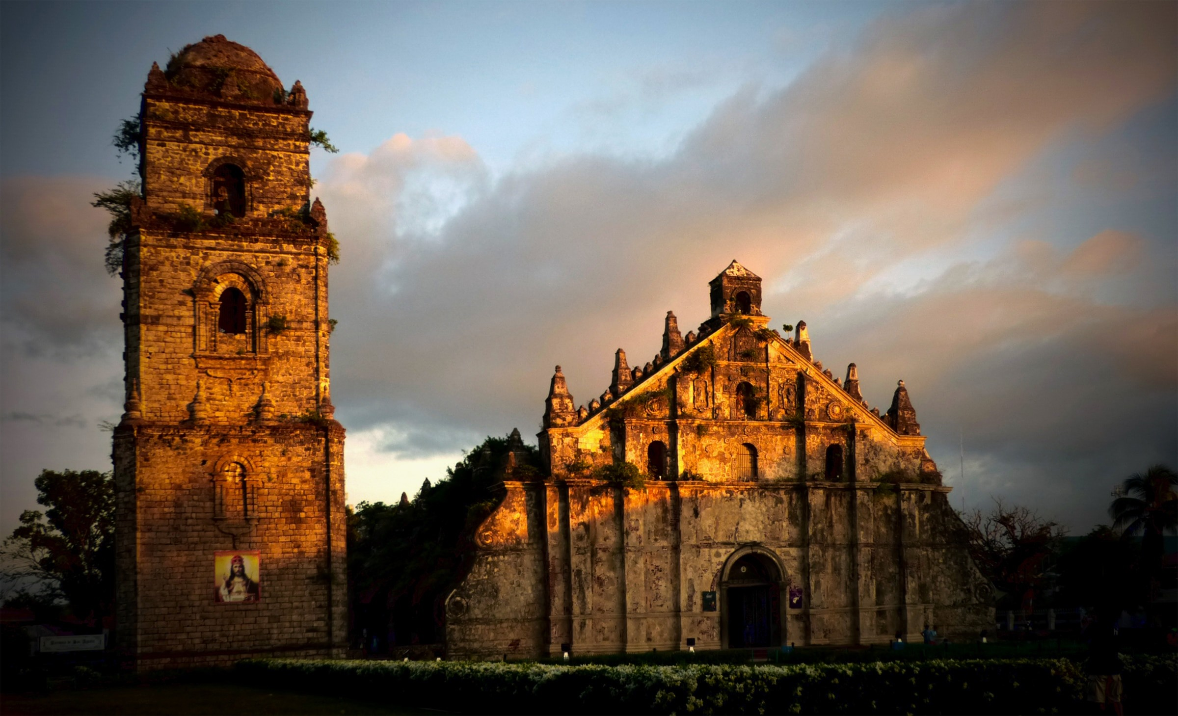 2400x1459 Saint Augustine Church in sunset(Paoay Church)
