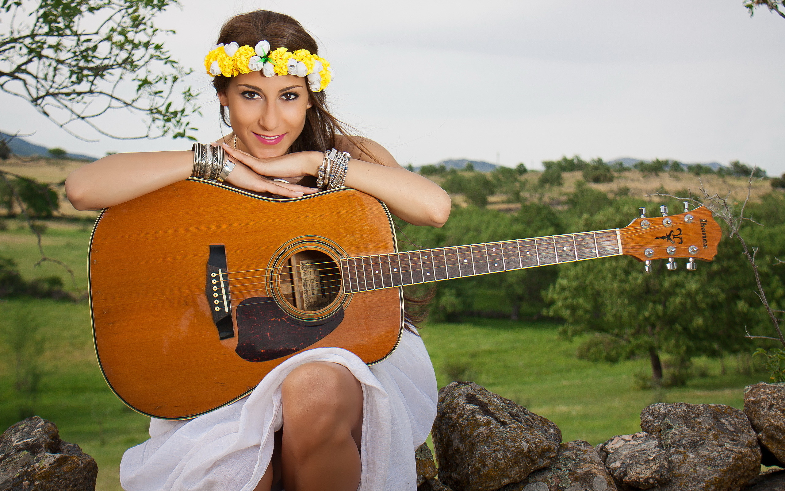 2560x1600 Girl guitar music background country singer photo field.