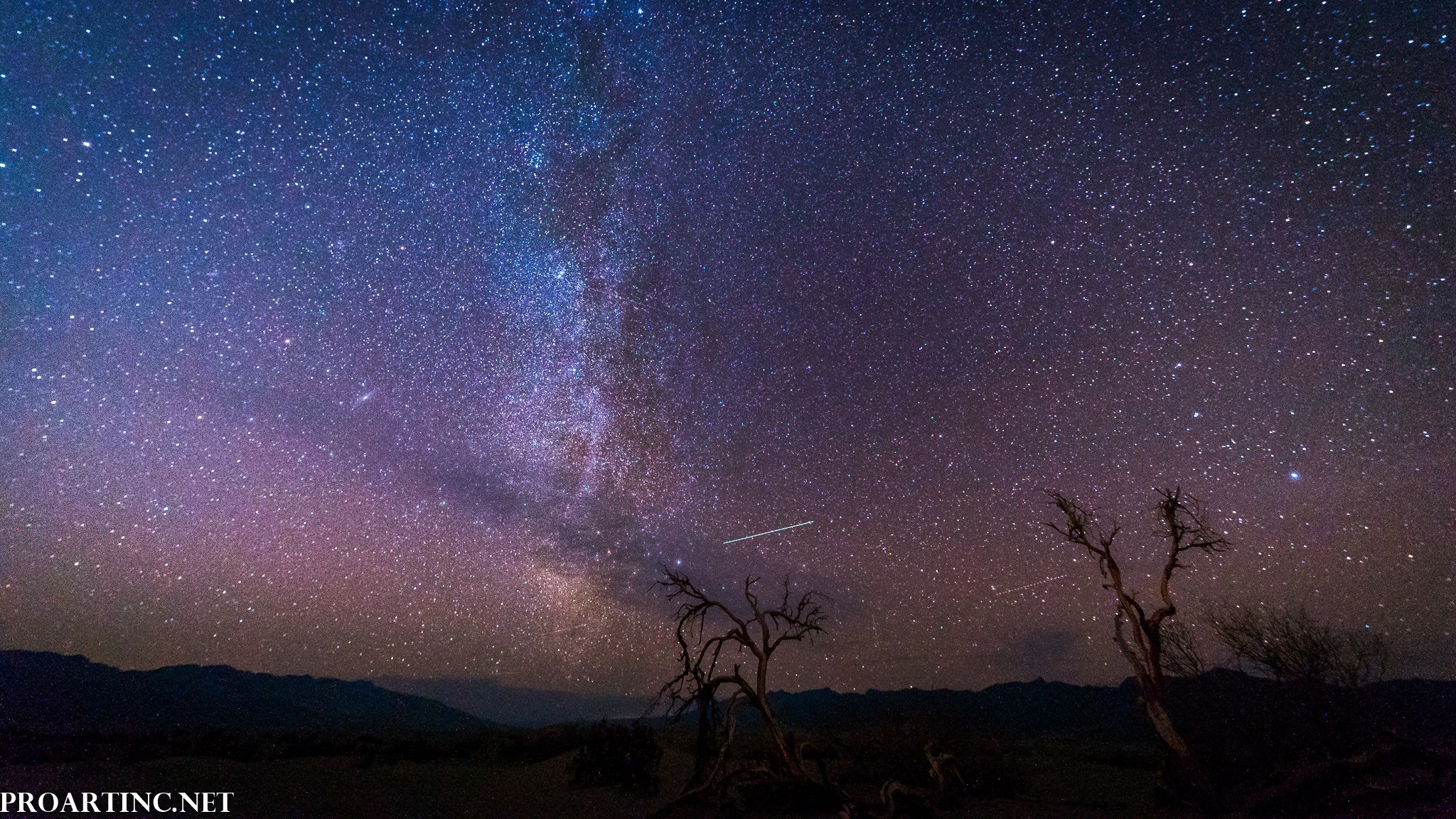 2048x1152 Milky Way at Mesquite Flat Sand Dunes, Death Valley National Park 8K/4K  Screensavers/Wallpapers