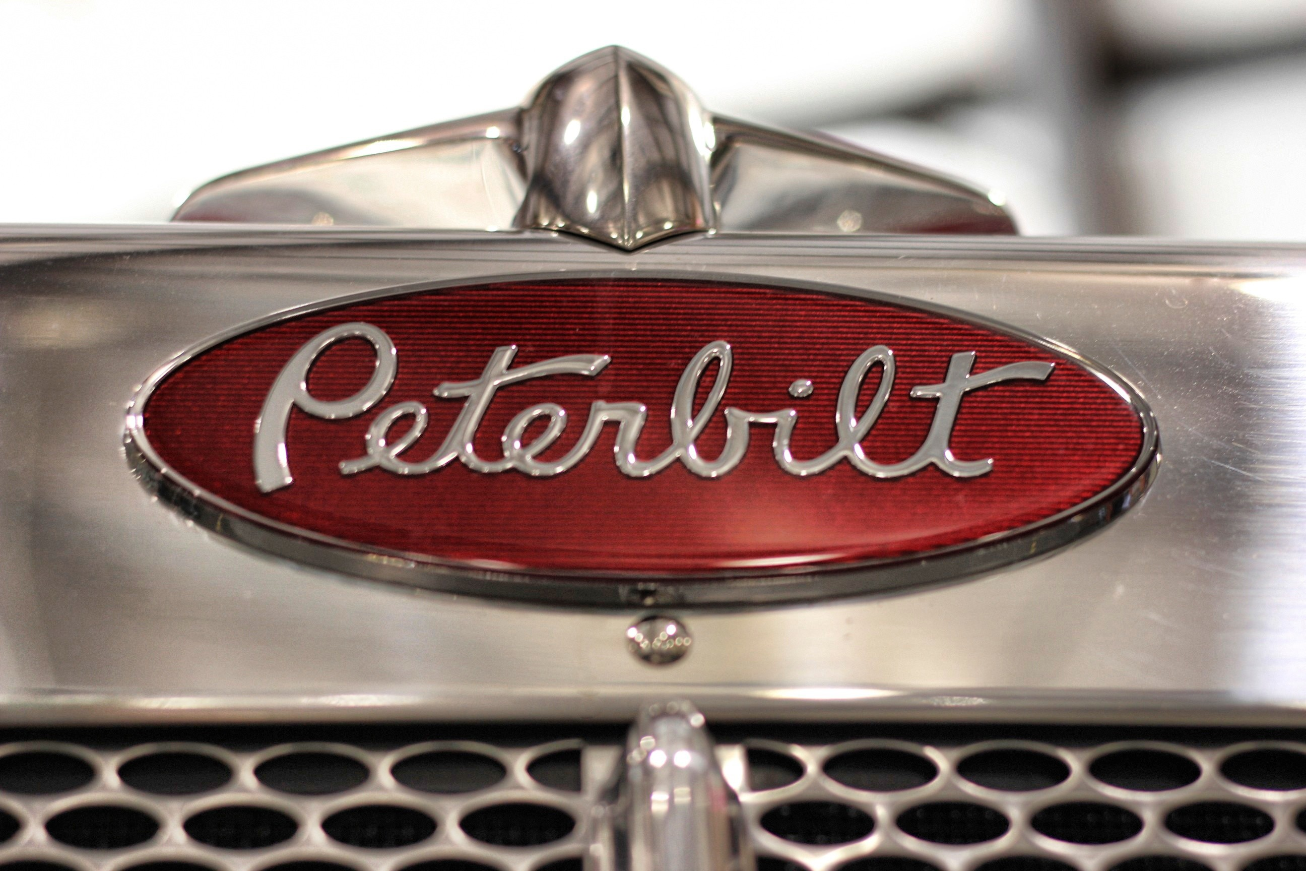 2592x1728 Peterbilt Logo Wallpaper