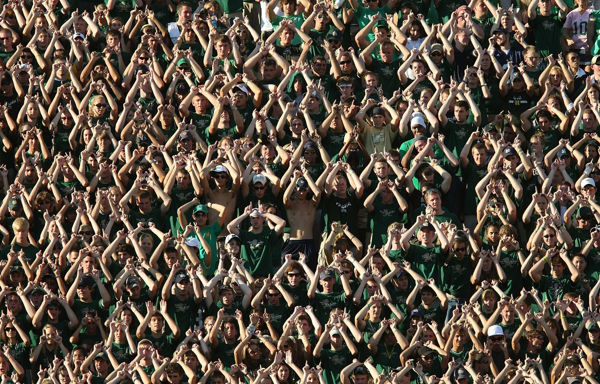 2000x1280 NOTRE DAME Fighting Irish college football crowd people wallpaper .