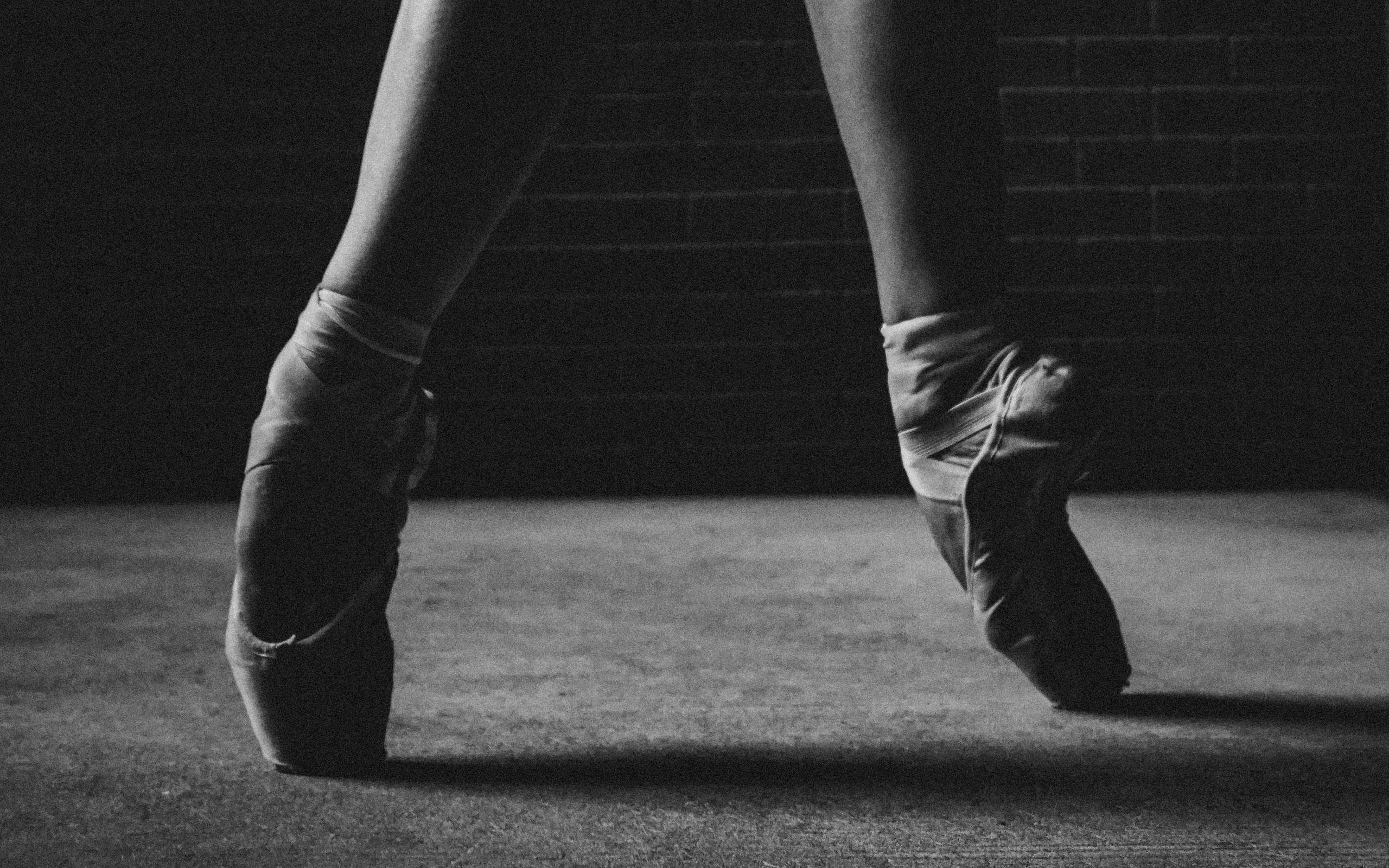 2560x1600  Wallpaper ballerina, pointe shoes, legs, bw, dance