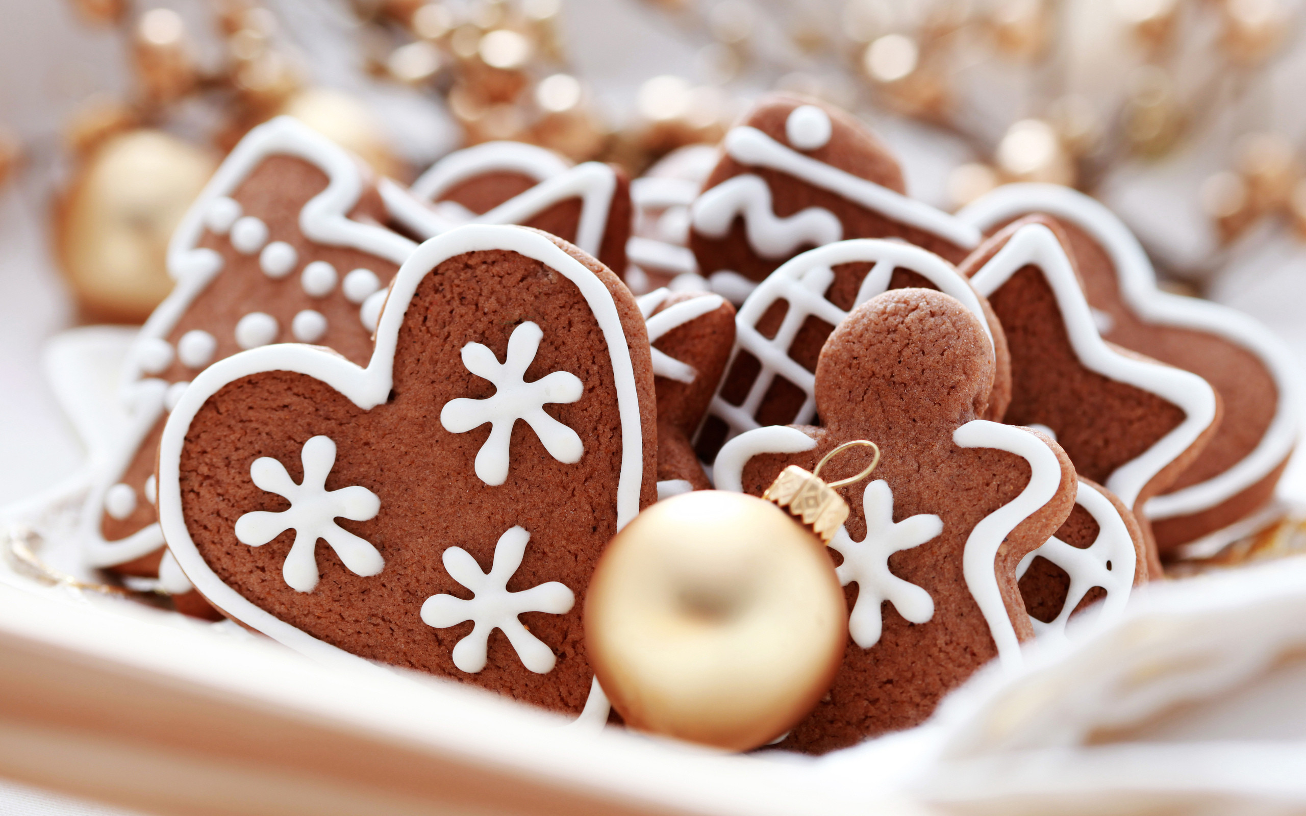 2560x1600 Heart Shaped Chocolate Christmas Cookies Desktop Wallpaper