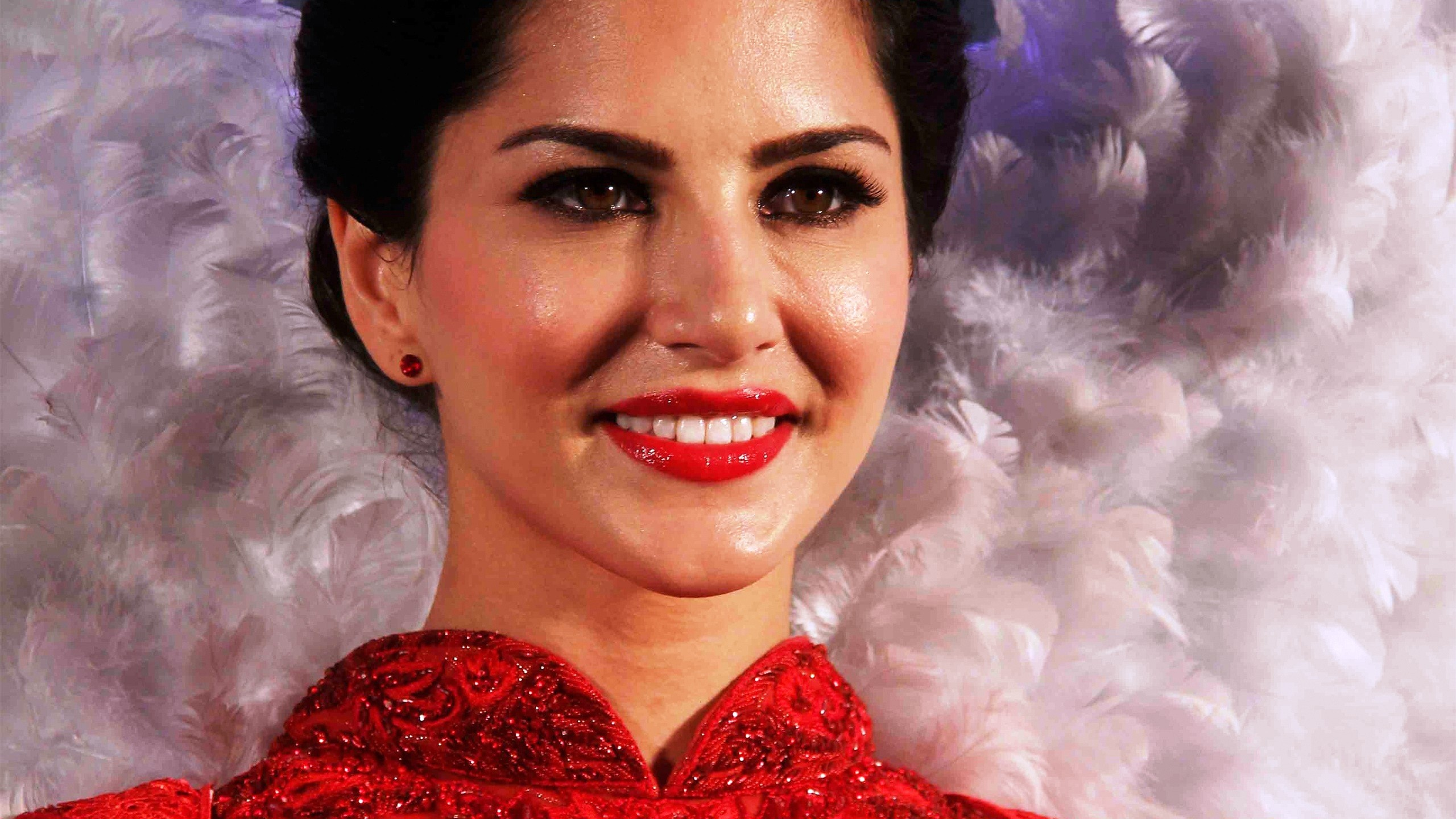 2560x1440 Beautiful Sunny Leone in Red Lips and Dress with Cute Smile HD Wallpapers