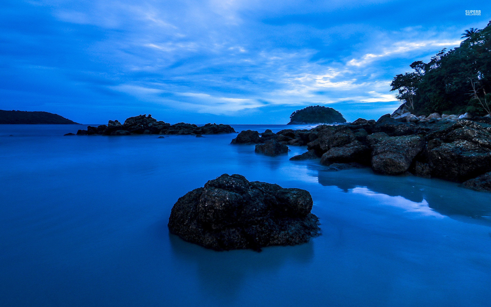 1920x1200 Bild: Deep Blue Wasser Black Rocks wallpapers and stock photos. Â«