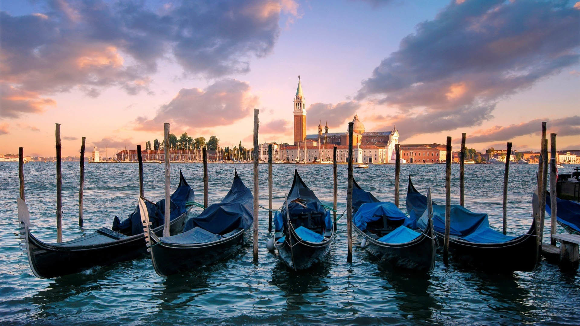 1920x1080 Gondolas on Canal in Venice, Italia  wallpaper