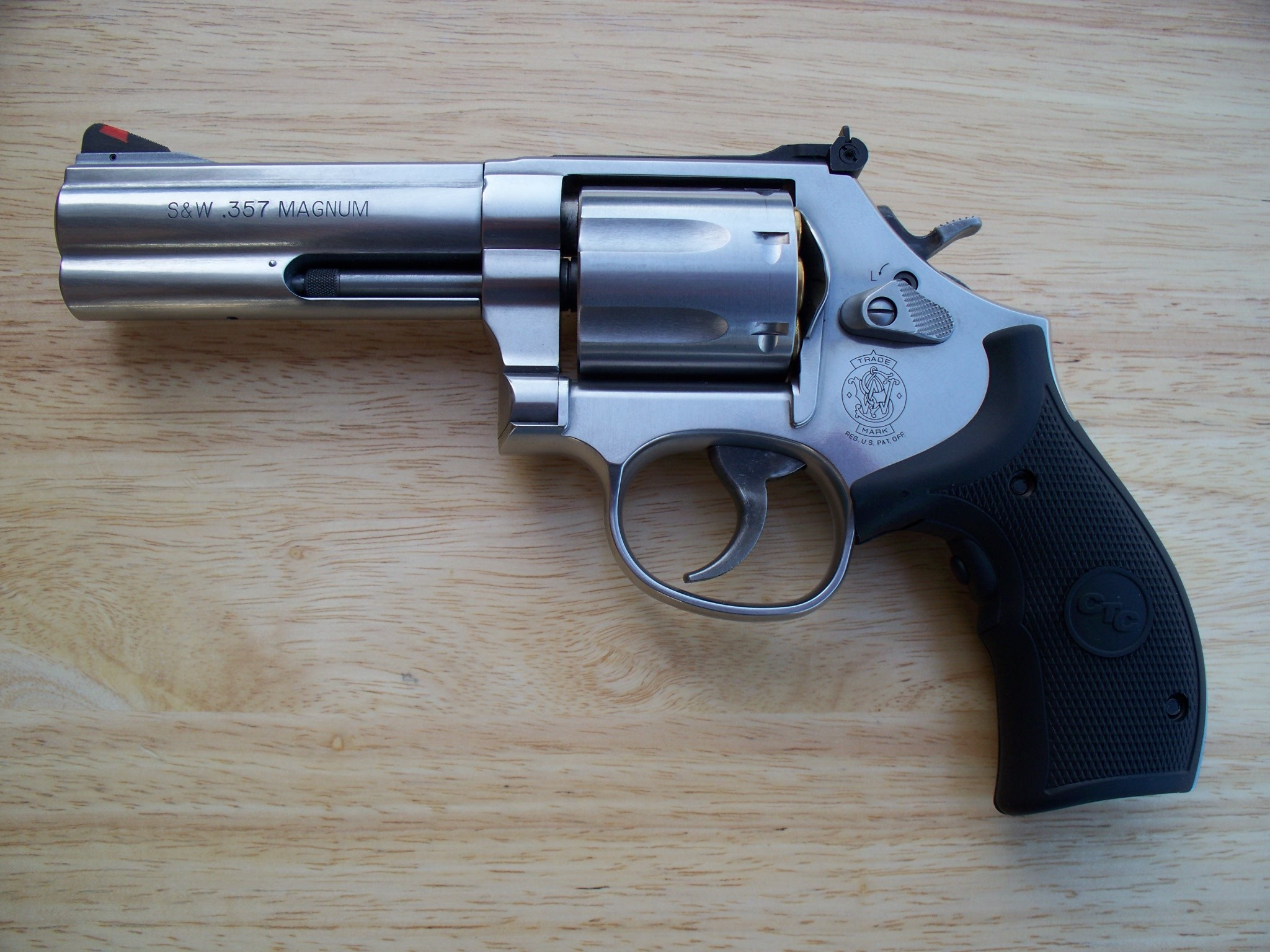 2048x1536 http://upload.wikimedia.org/wikipedia/commons/f/f9/Smith_%26_Wesson_.357_Model_686_Plus.jpg  | REVOLVER | Pinterest | Smith wesson and Revolvers