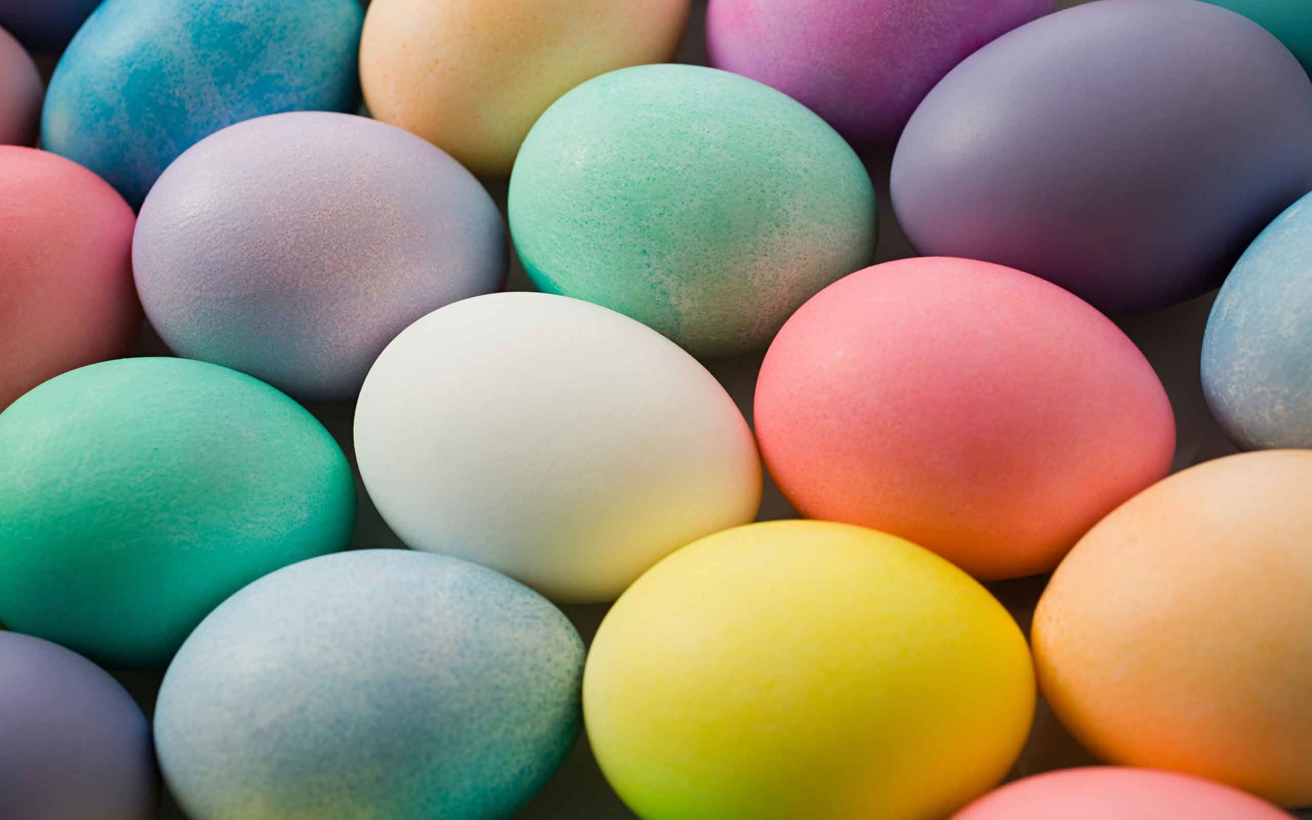 2560x1600 Free Wallpapers - Lots of colorful Easter eggs wallpaper