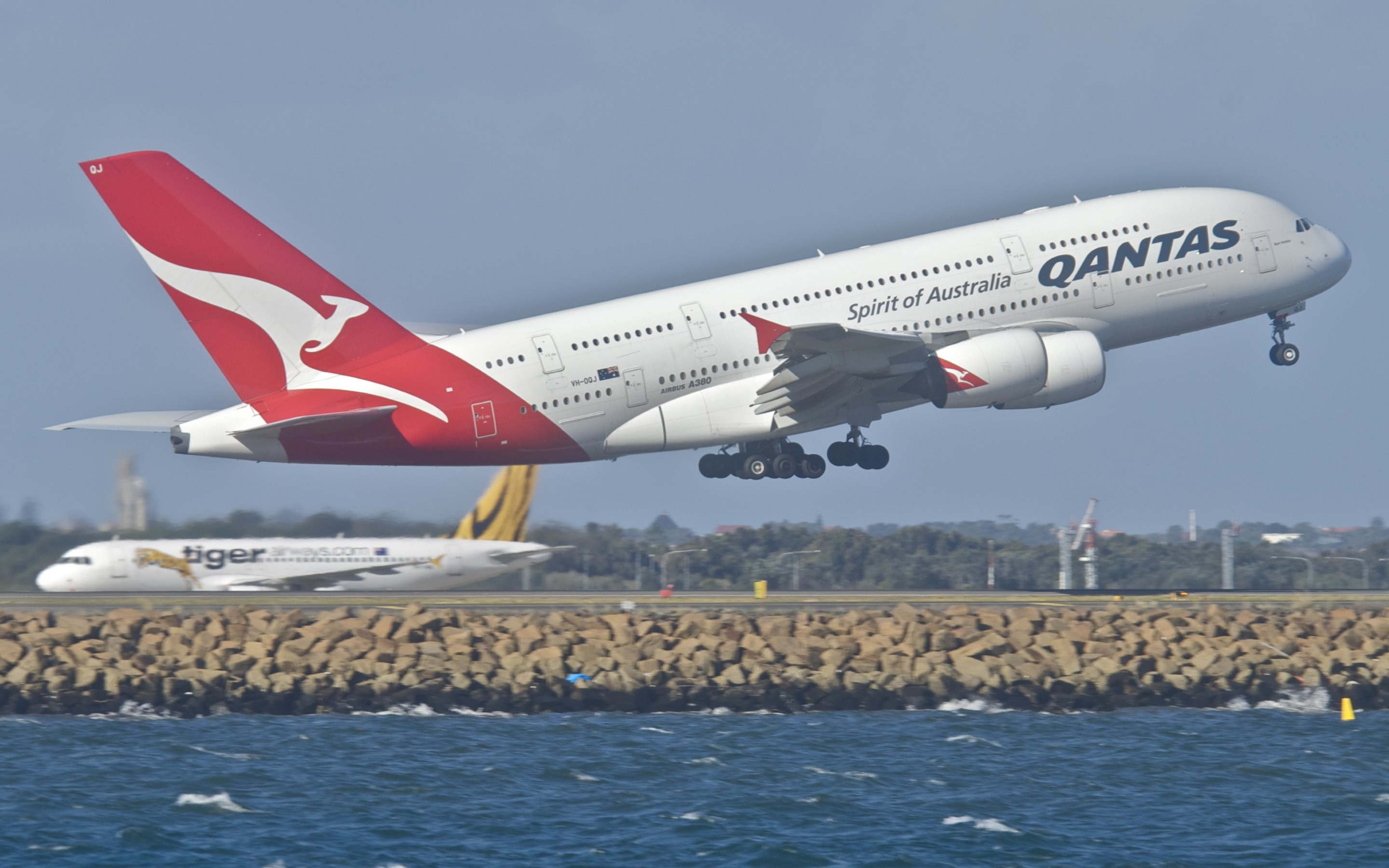 2880x1800 Two new pictures with the Qantas Airbus A380-842 in flight · By courtesy of  Aero Icarus, these 2 wallpapers are shared under CC license and optimized  below ...