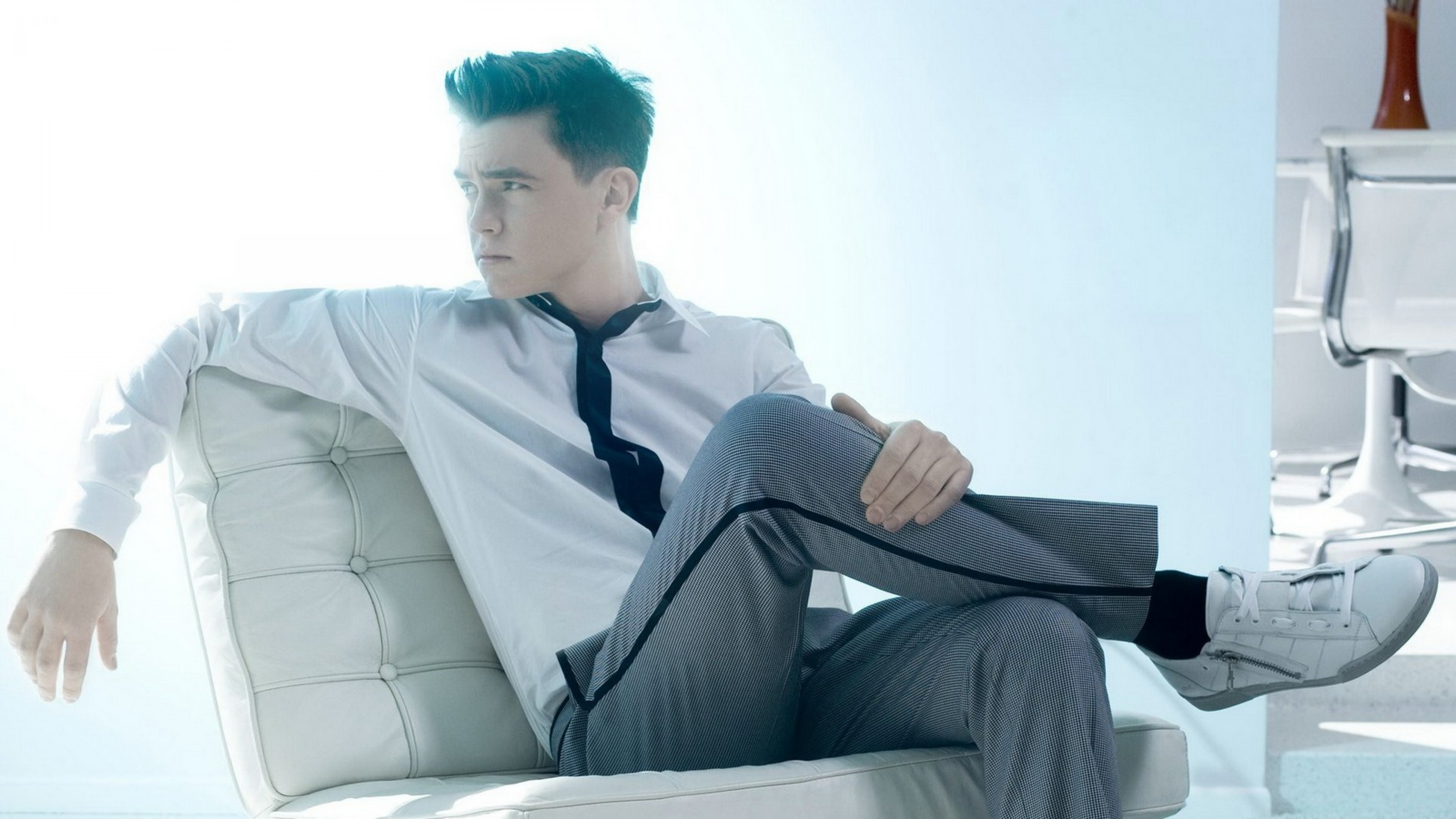 3840x2160  Wallpaper jesse mccartney, guy, pants, shirt, chair