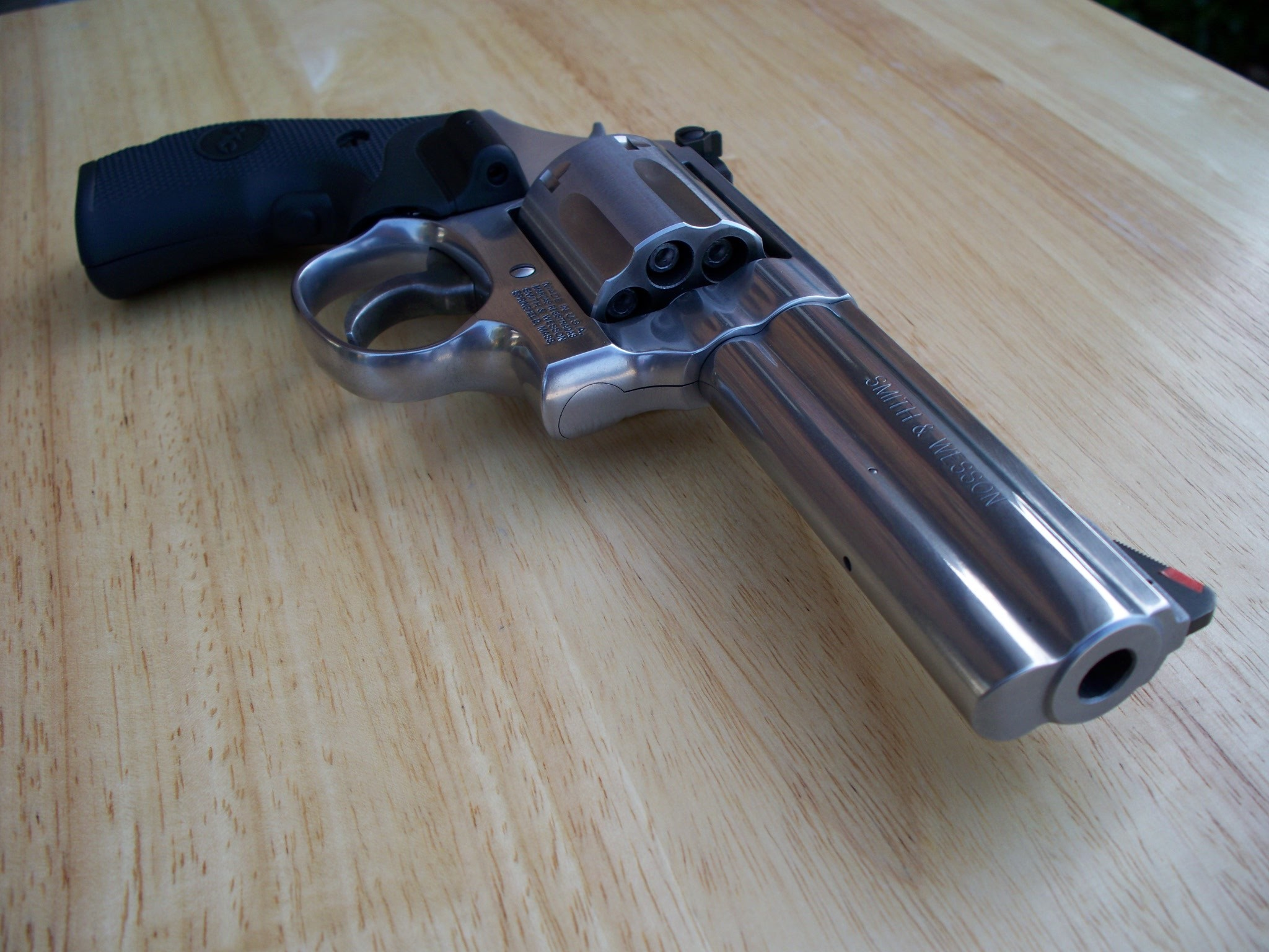 2048x1536 File:Smith & Wesson .357 Model 686 Plus barrel view.jpg