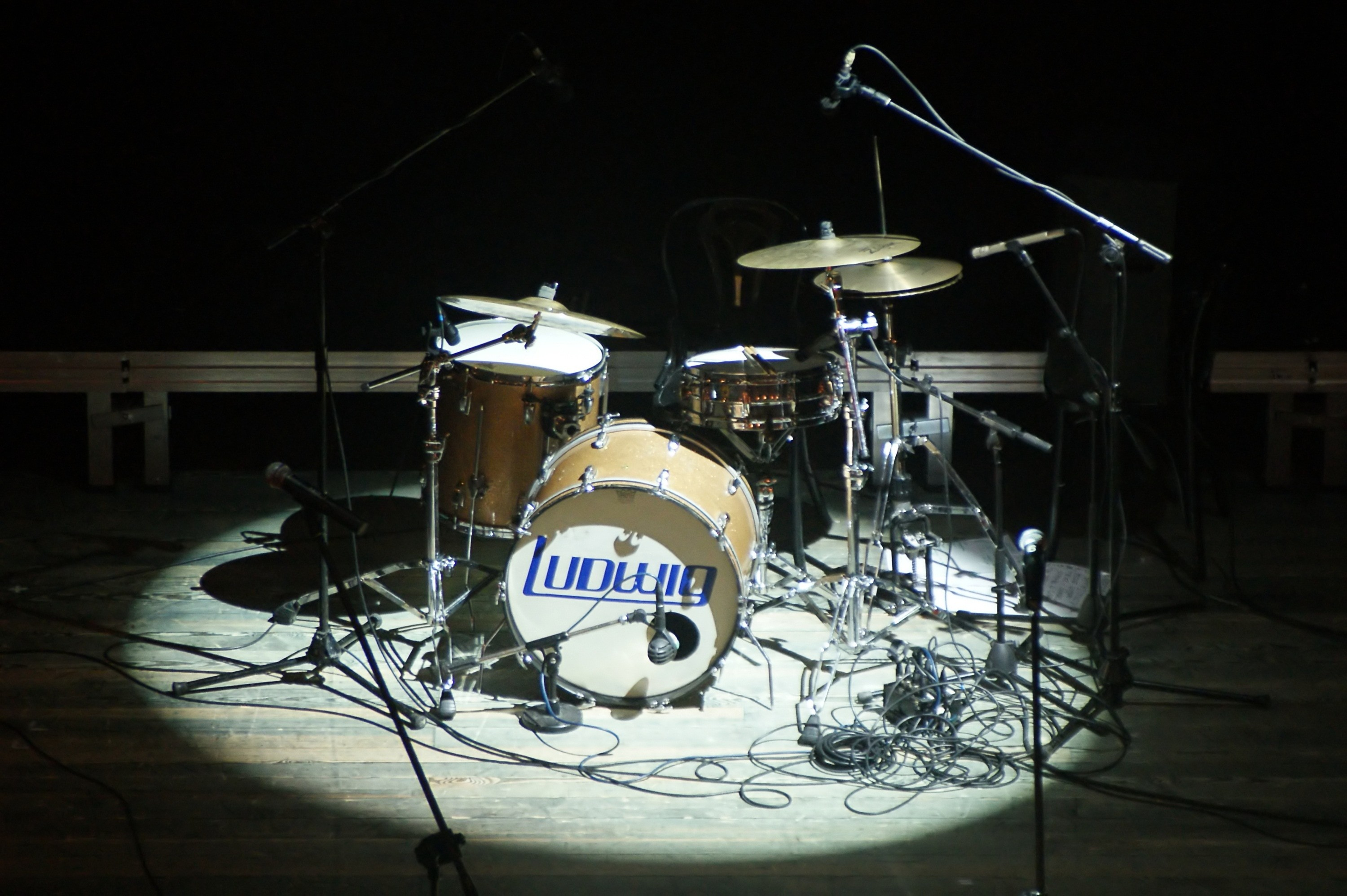 3000x1997 brown and white drum set