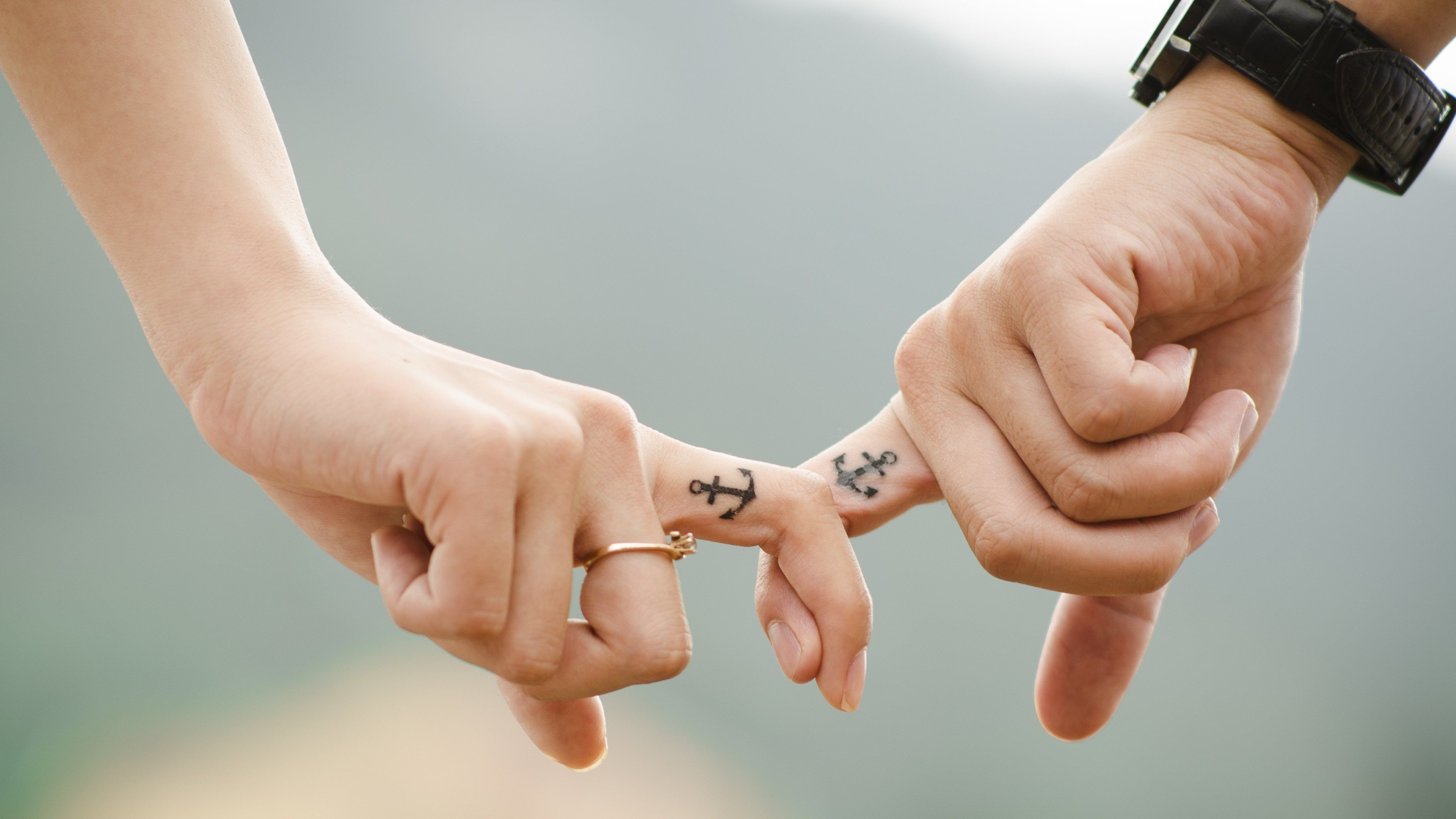 3840x2160 Love Hands Of Romantic Couple Wallpaper